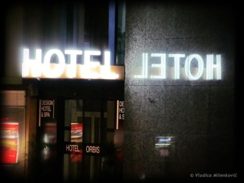 Фотослика: Двa хотела, једна врата